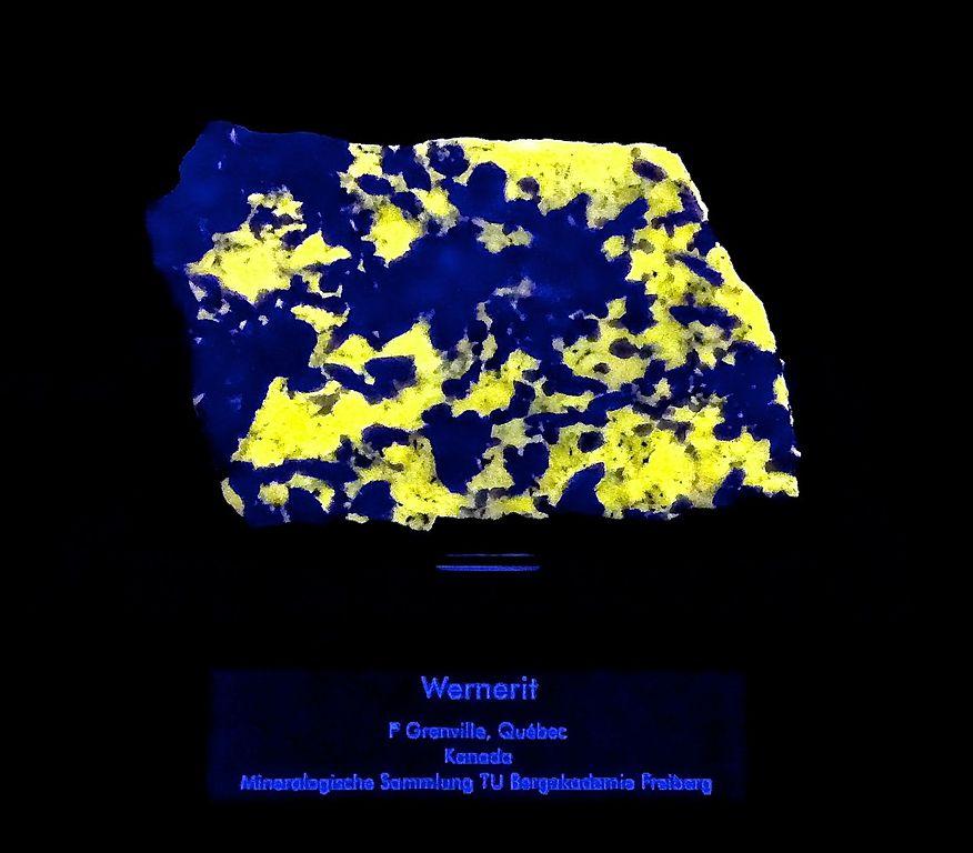 fluorescent scapolite/wernerite
