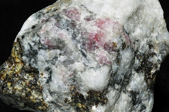 tugtupite and quartz - normal light