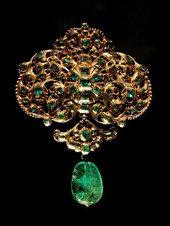 emerald symbolism - gold and emerald pendant