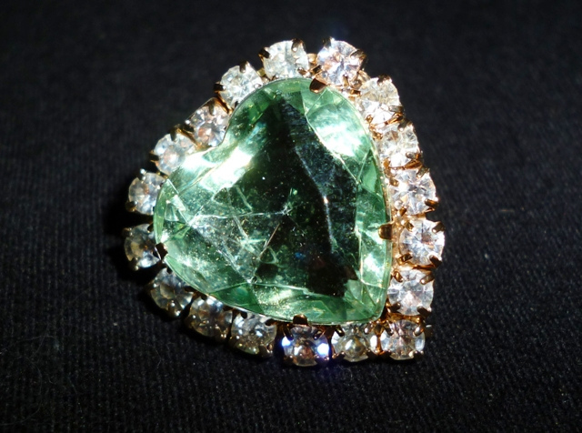 and with reserve catawiki diamonds heart brilliant shaped emeralds no emerald cut kavels earrings gold