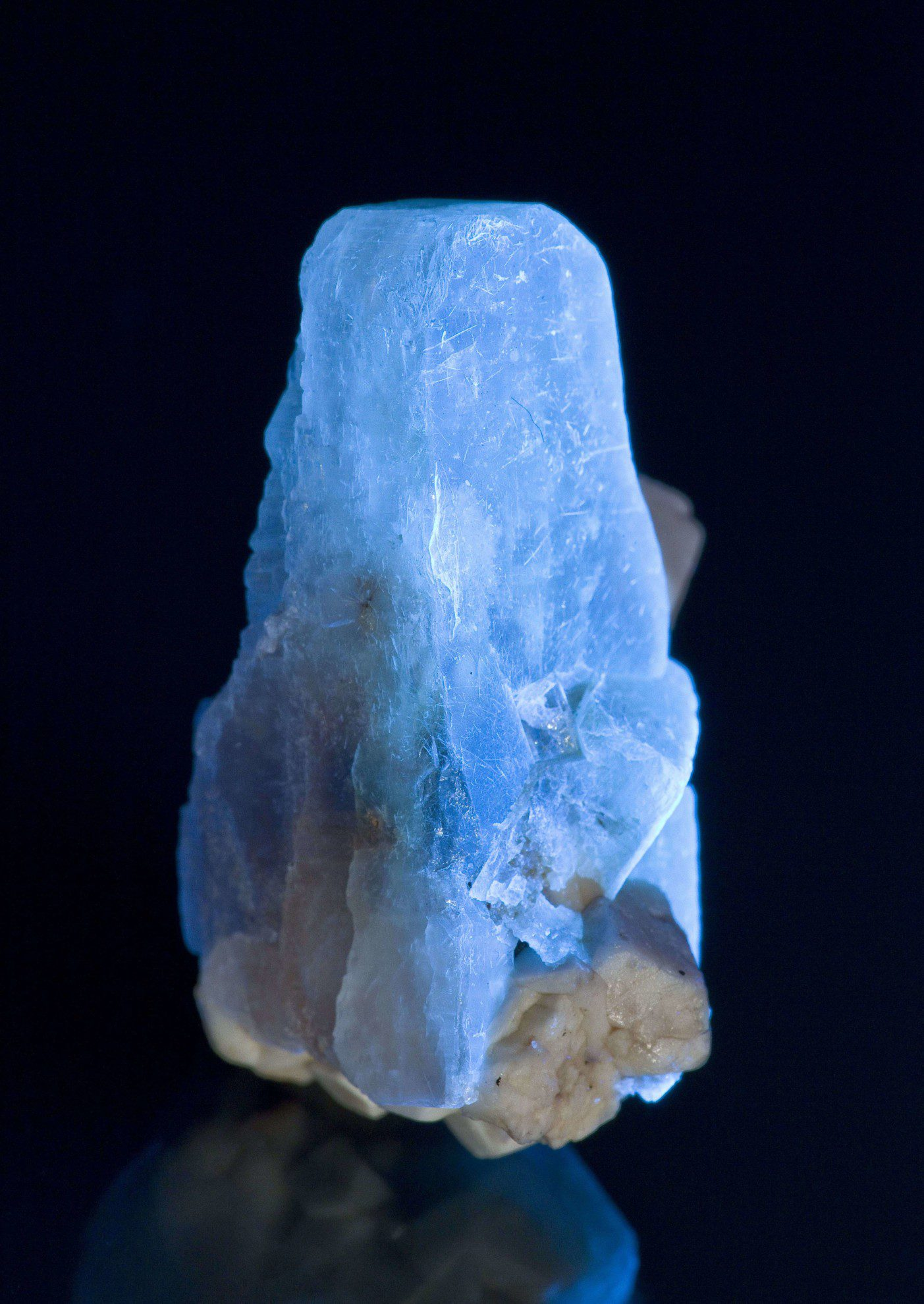 zektzerite crystal, UV light