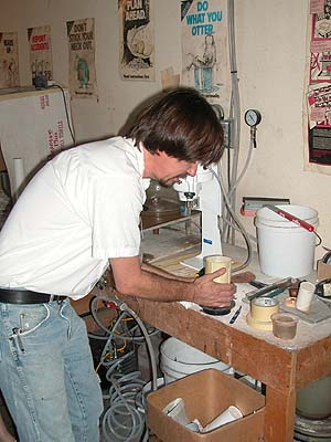 Daniel pouringt plaster in the casting flask/casting platinum