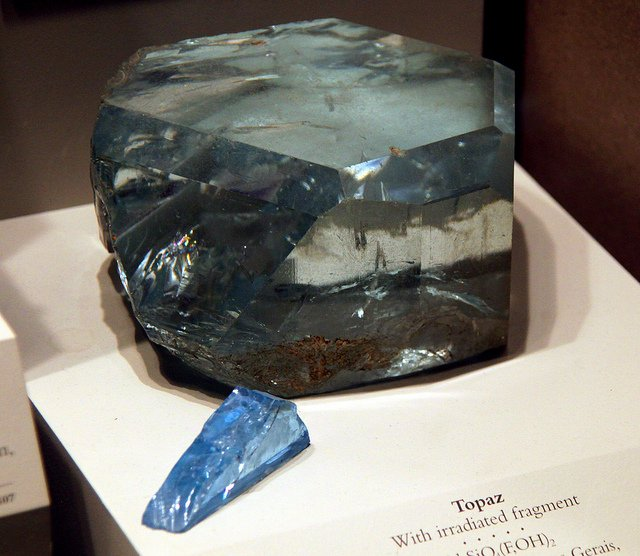 """Topaz with Irradiated Fragment - Smithsonian Museum of Natural History - 2012-05-17"" by Tim Evanson is licensed under CC By-SA 2.0"