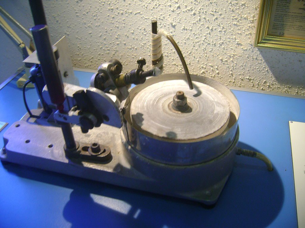 How Should A Gemstone Contact A Faceting Machine Lap?