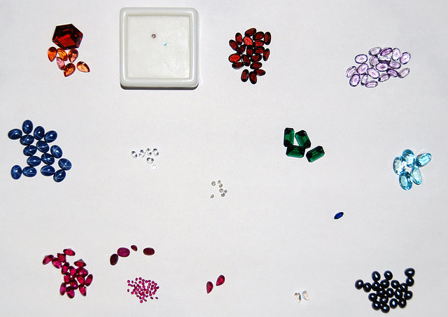 "Can the small size of a gemstone contribute to fuzzy refractometer reading? ""Hoard"" by Daniel Crookston is licensed under CC By 2.0"