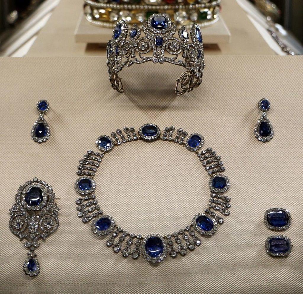sapphire buying - parure set