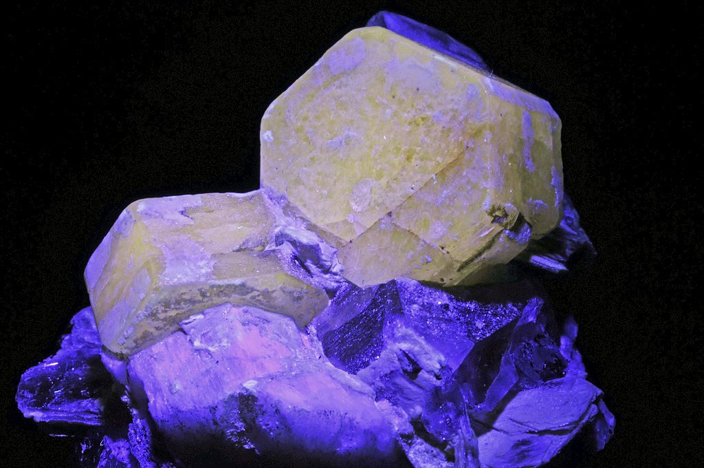 fluorescent minerals under UV light - gemstone luminescence