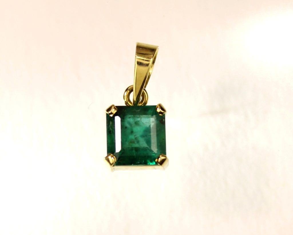 Brazilian emerald pendant - emerald buying guide