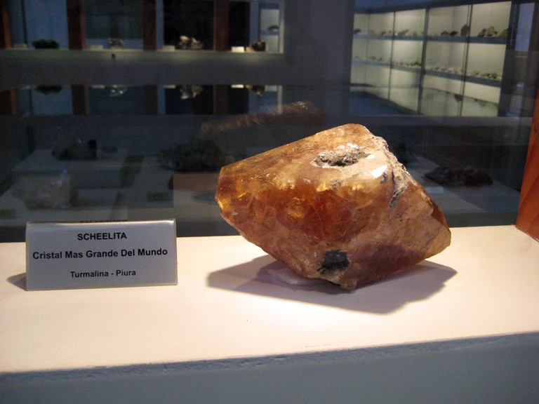 world's largest scheelite crystal - Peru