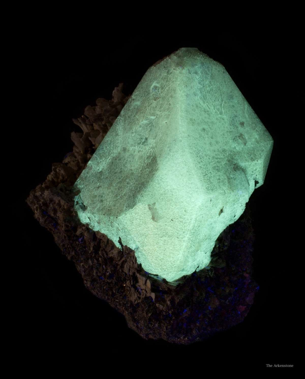 scheelite crystal, SW UV light - China