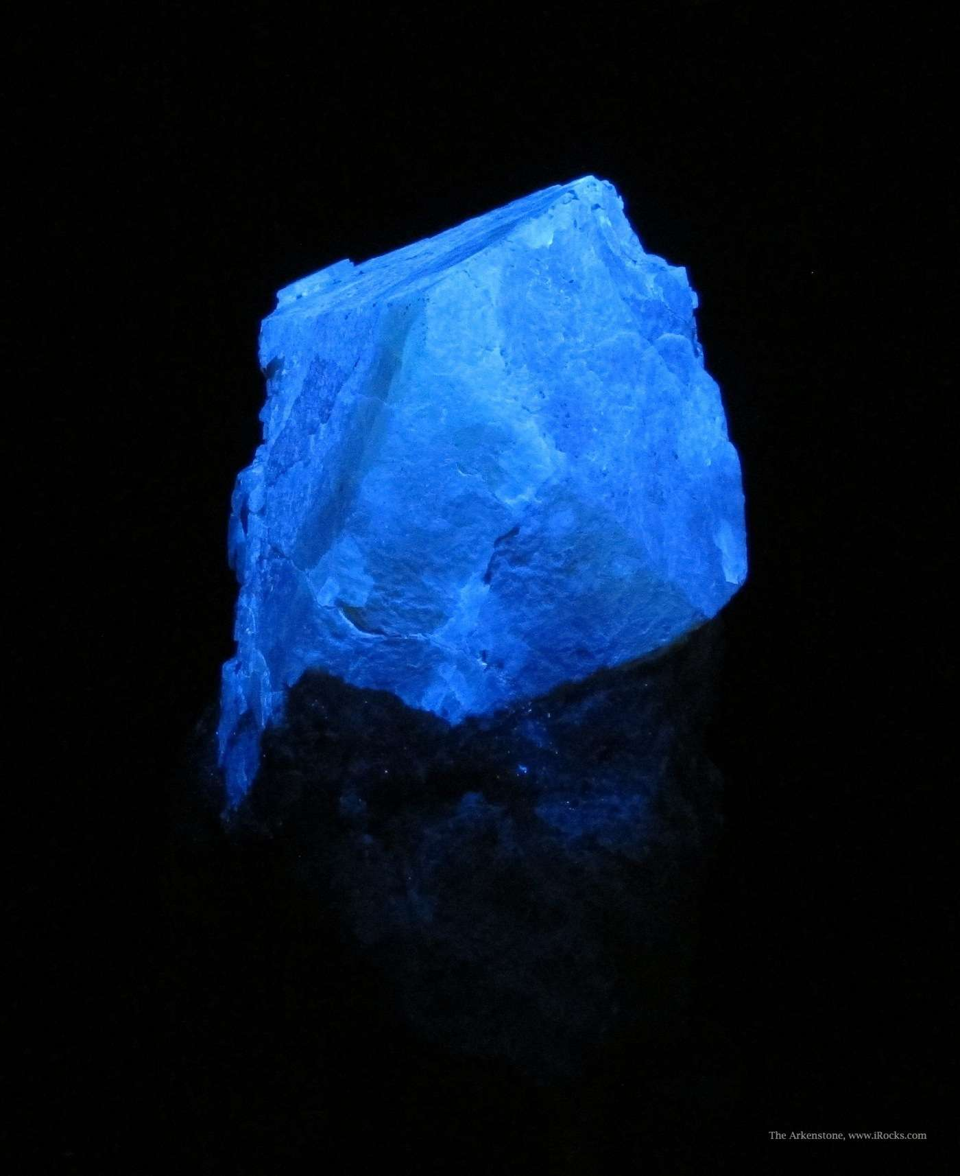 scheelite crystal, SW UV light - Italy