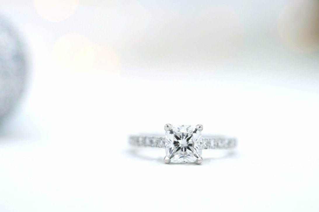 si cushion diamond engagement ring