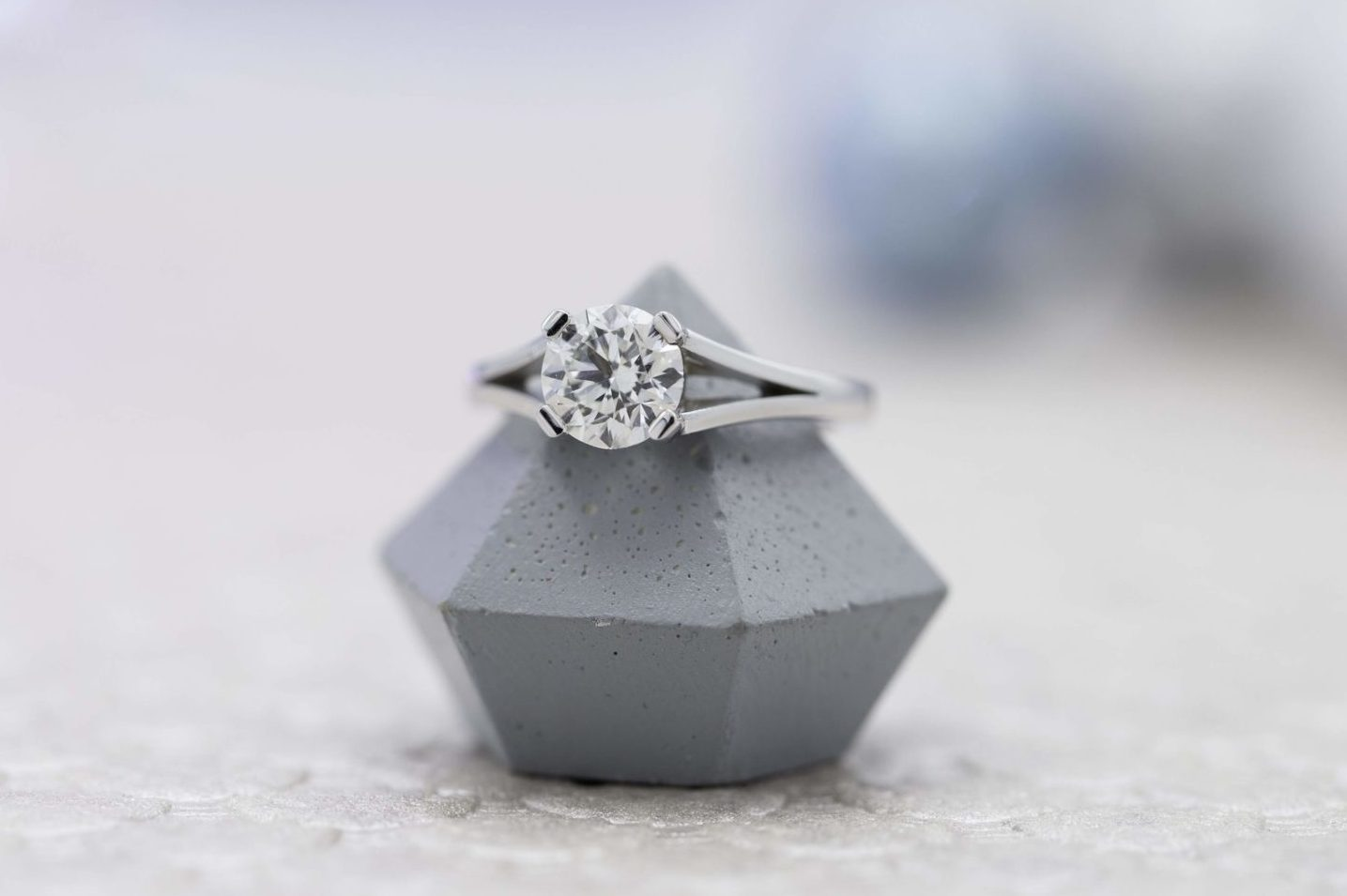 SI2 clarity diamond engagement ring